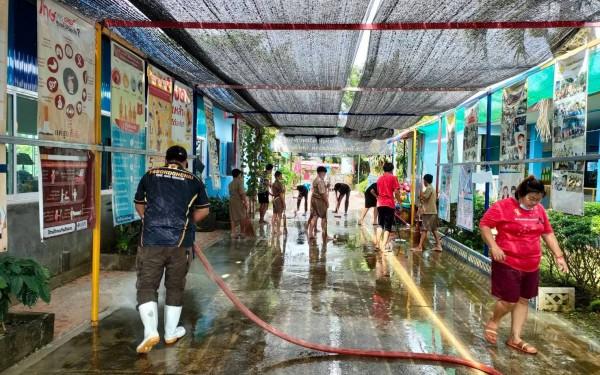 วันที่ 8 กันยายน 2564เทศบาลตำบลป่าอ้อดอนชัย ได้ล้างทำความสะอาดถนนภายในโรงเรียนบ้านริมลาว